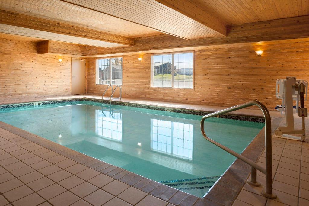 Pool Country Inn & Suites by Radisson, Albert Lea, MN
