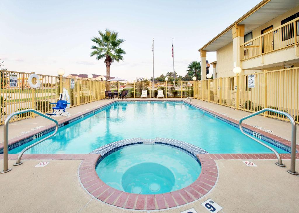 utomhuspool Days Inn by Wyndham Fairfield