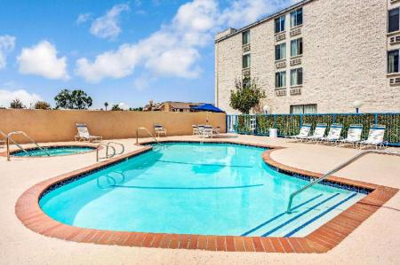 Swimming pool [outdoor] Days Inn & Suites by Wyndham Fullerton
