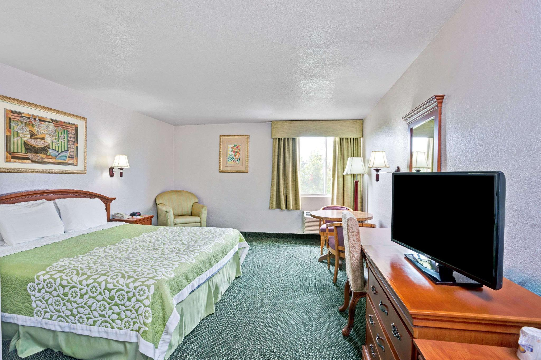 1 King Bed, Mobility Accessible Room, Smoking