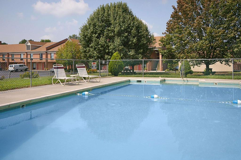 Piscina al aire libre Days Inn by Wyndham Farmville