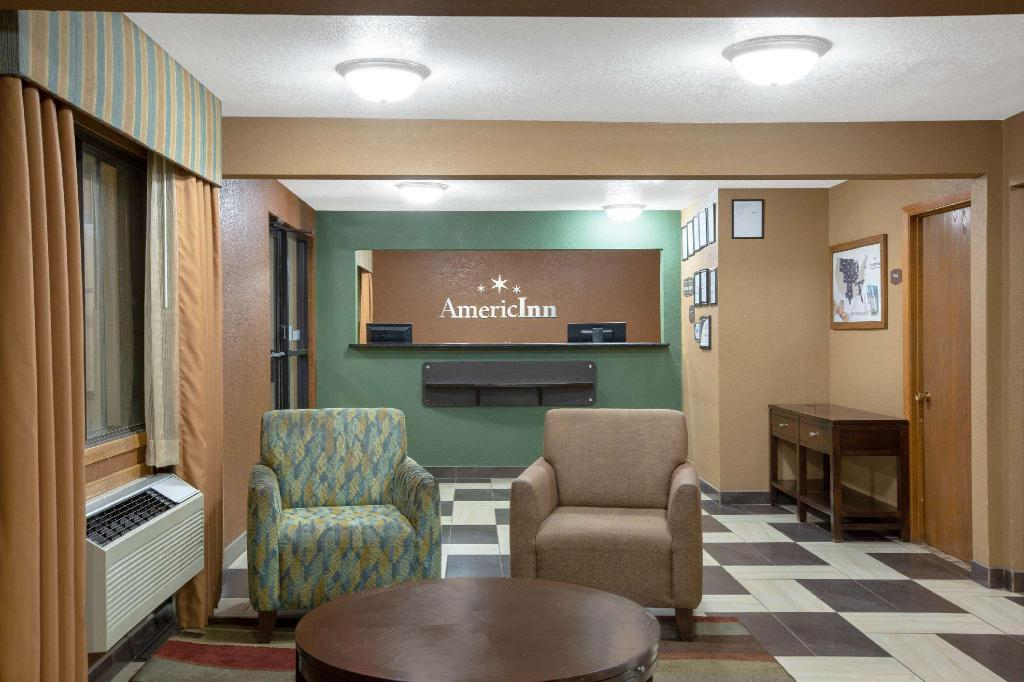Lobby AmericInn by Wyndham Council Bluffs