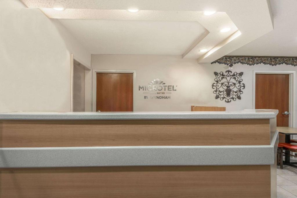 Lobi Microtel Inn & Suites by Wyndham Auburn
