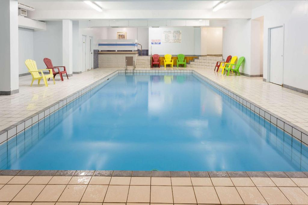 Pool Howard Johnson by Wyndham Moncton