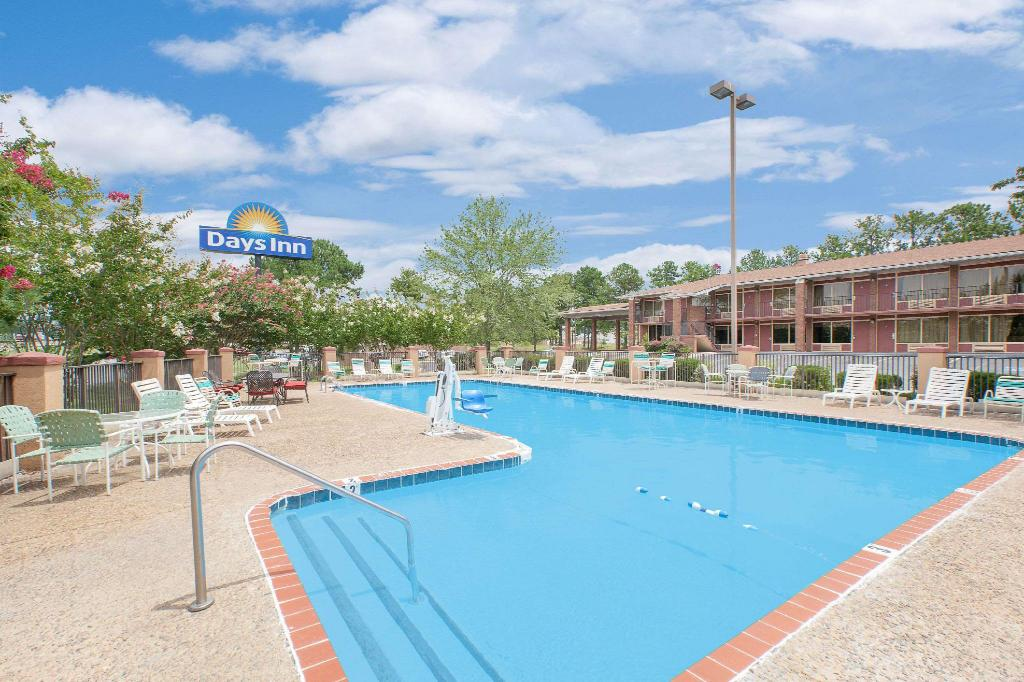 Piscina exterior Days Inn by Wyndham Benton