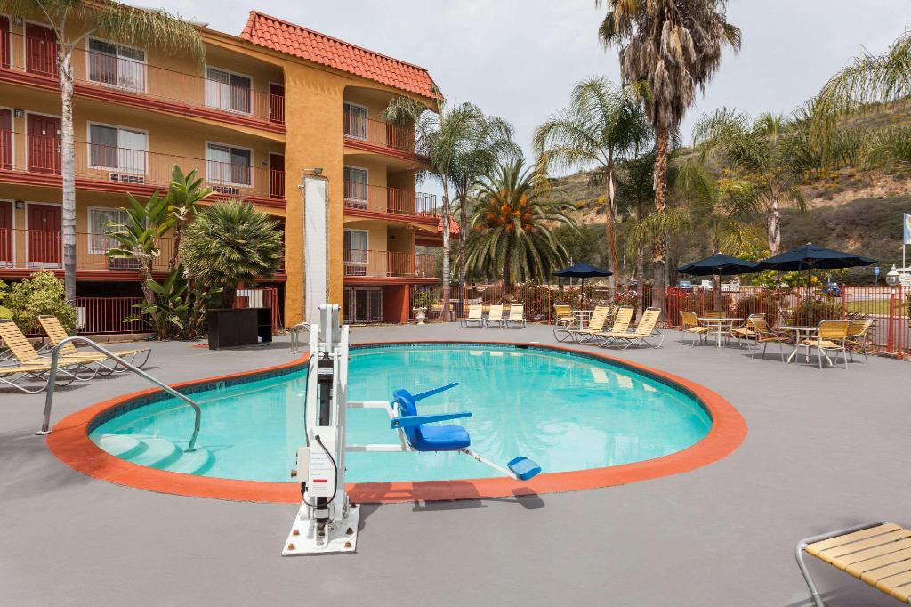 Piscina al aire libre Days Inn by Wyndham Mission Valley Qualcomm Stadium/ SDSU