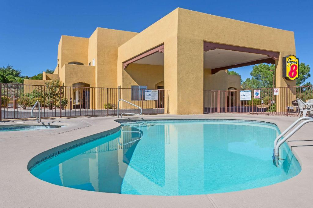 Piscina exterior Super 8 By Wyndham Cottonwood