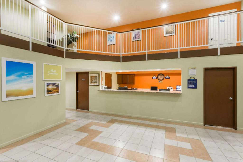 Lobby Days Inn by Wyndham Holbrook
