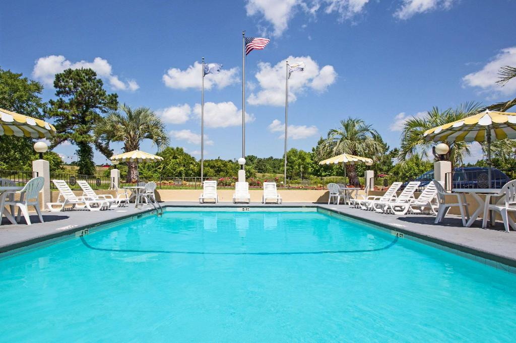 Piscina al aire libre Days Inn by Wyndham Ladson Summerville Charleston
