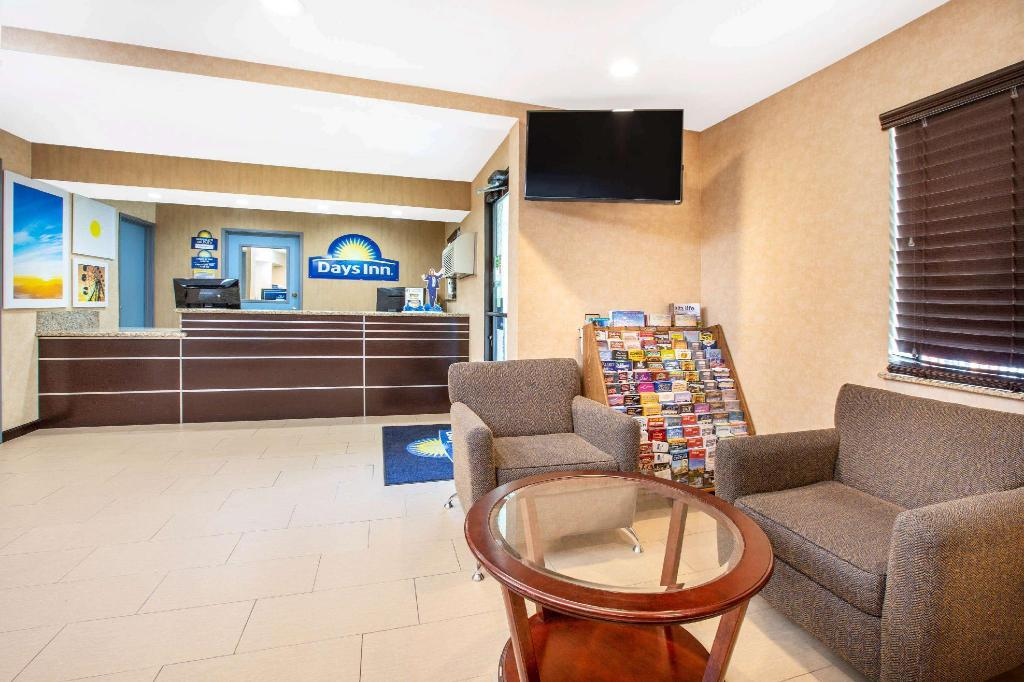 Lobby Days Inn by Wyndham Woodland