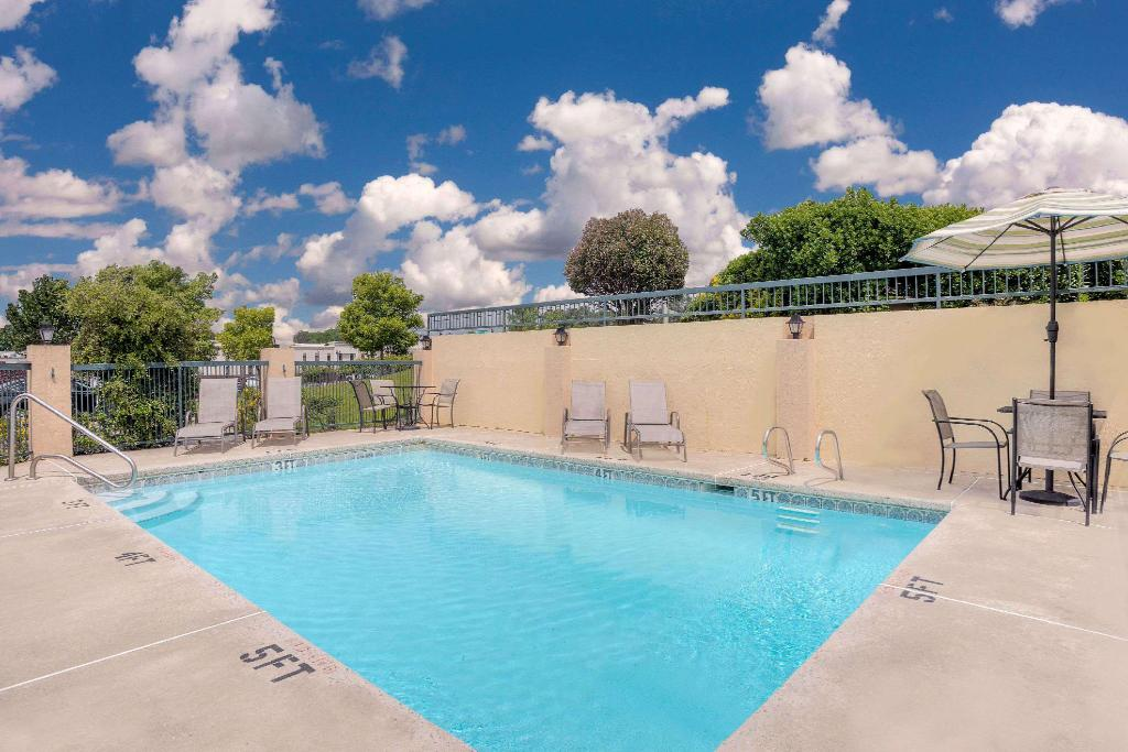 Piscina al aire libre Days Inn by Wyndham Macon I-475