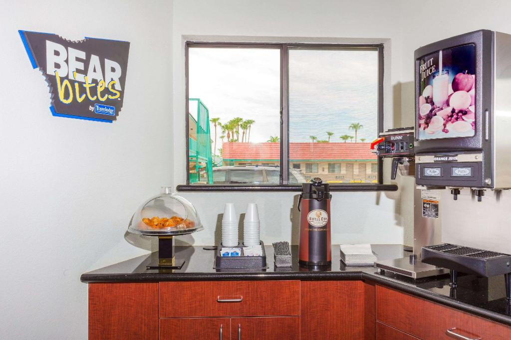 Coffee Shop/Café Travelodge Suites by Wyndham Phoenix Mesa