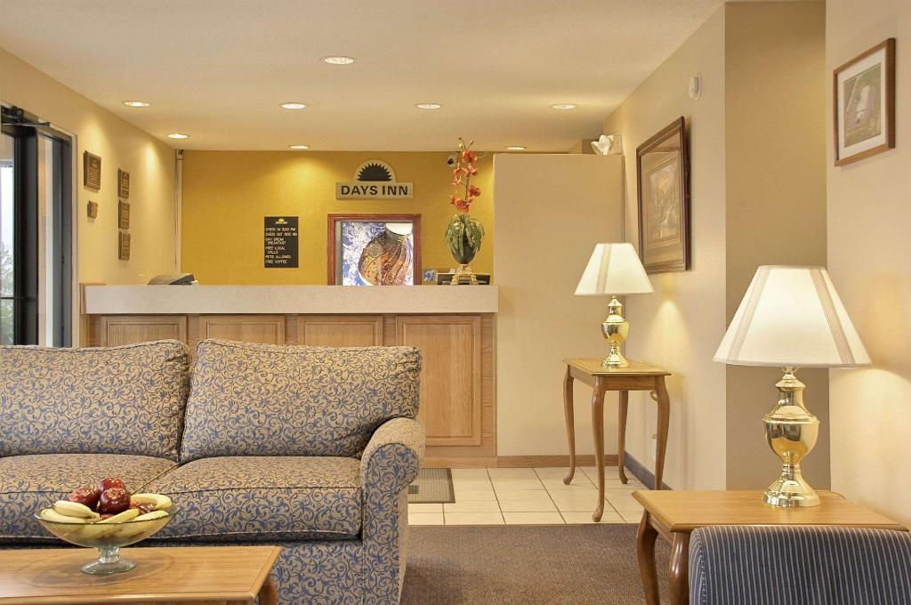 Lobby Days Inn by Wyndham Plainfield