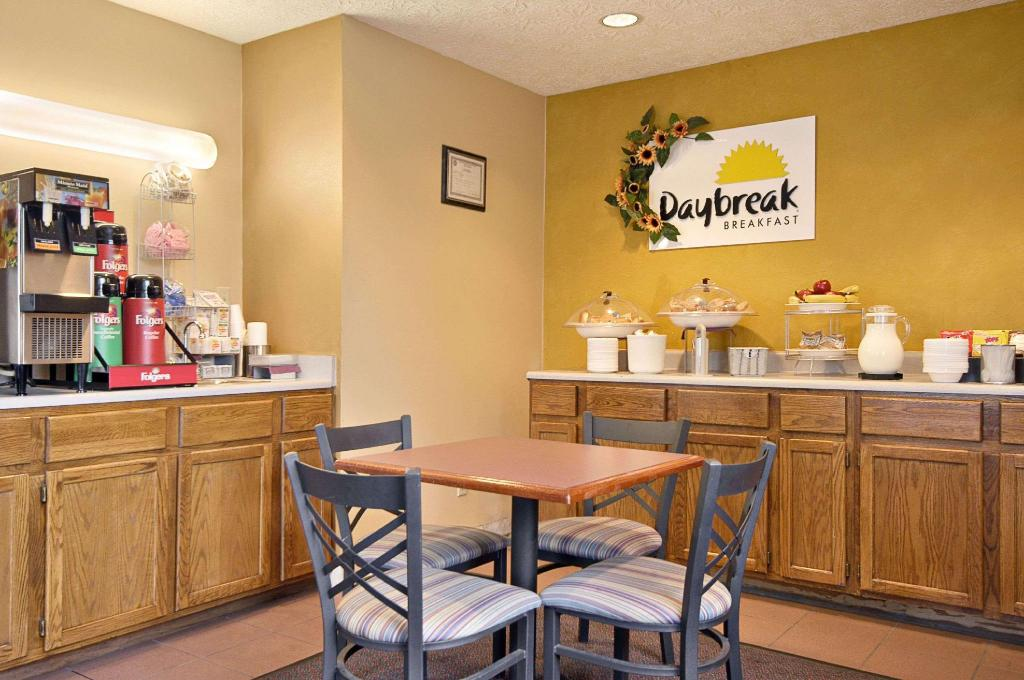 Coffee Shop/Café Days Inn by Wyndham Plainfield
