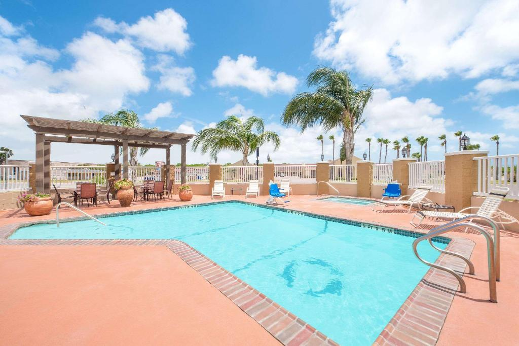 utomhuspool Microtel Inn & Suites by Wyndham Aransas Pass/Corpus Christi