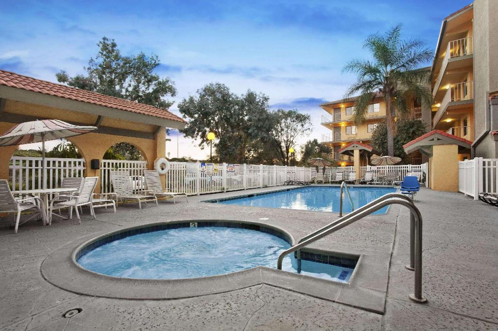 Swimming pool [outdoor] Days Inn by Wyndham Buena Park
