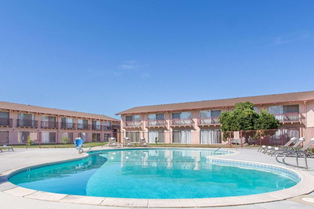 Piscina al aire libre Days Inn by Wyndham Modesto