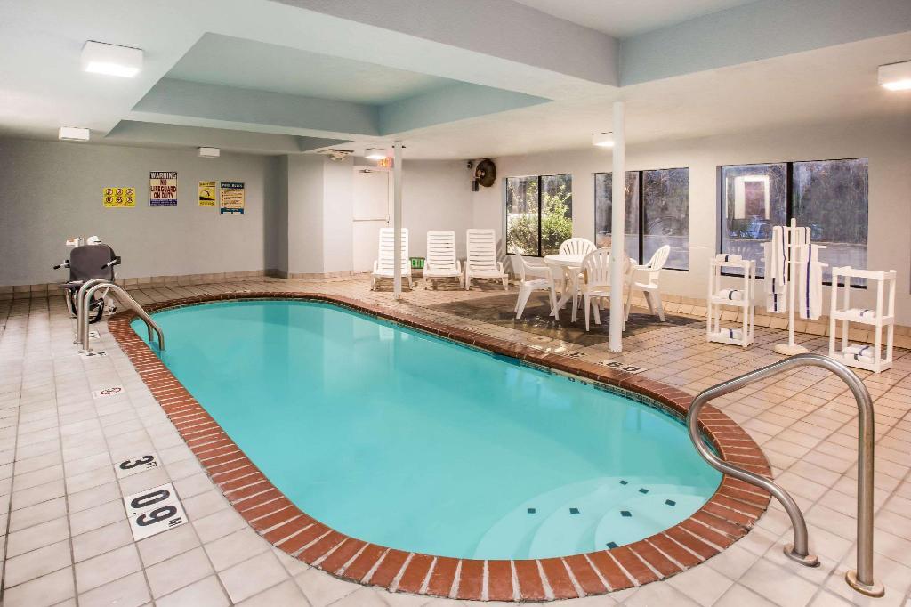 Pool Days Inn by Wyndham Blue Springs