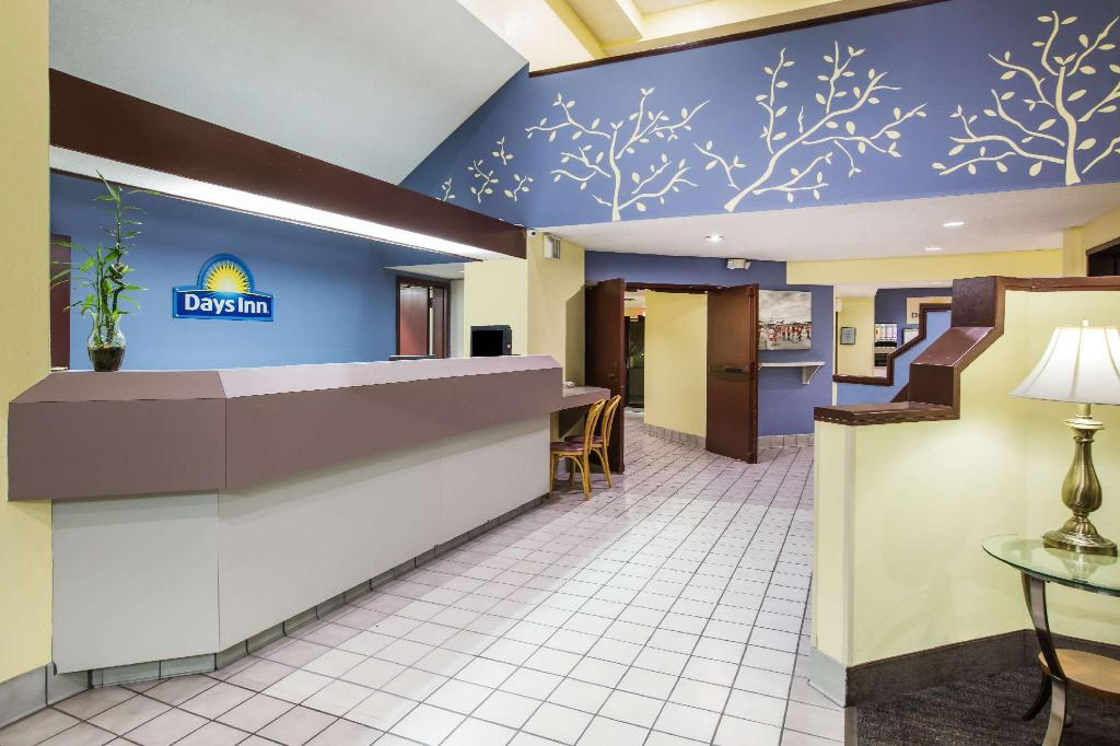 Lobby Days Inn by Wyndham Blue Springs