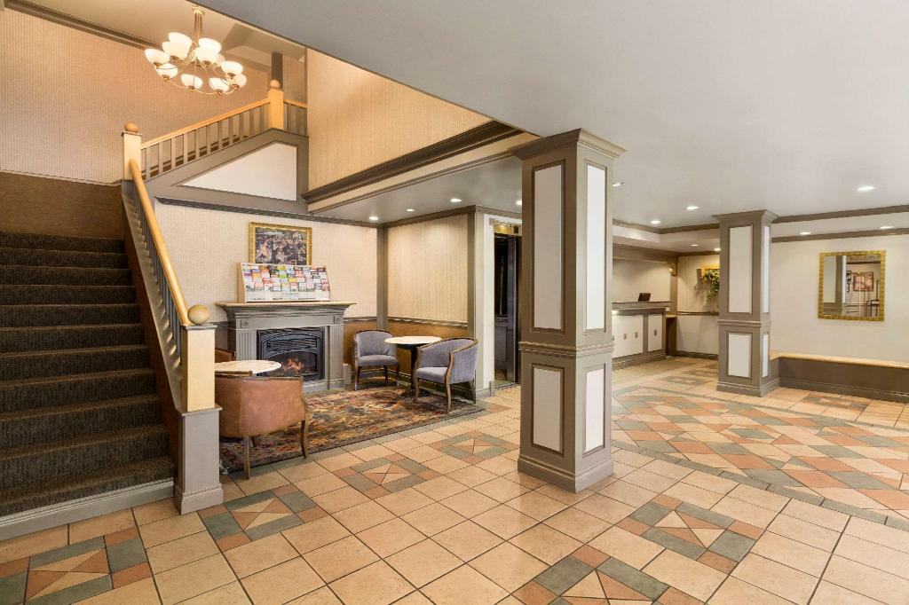 Lobby Days Inn by Wyndham Vancouver Downtown