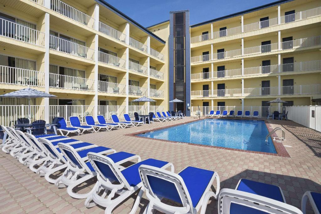 utomhuspool Howard Johnson by Wyndham Ocean City Oceanfront
