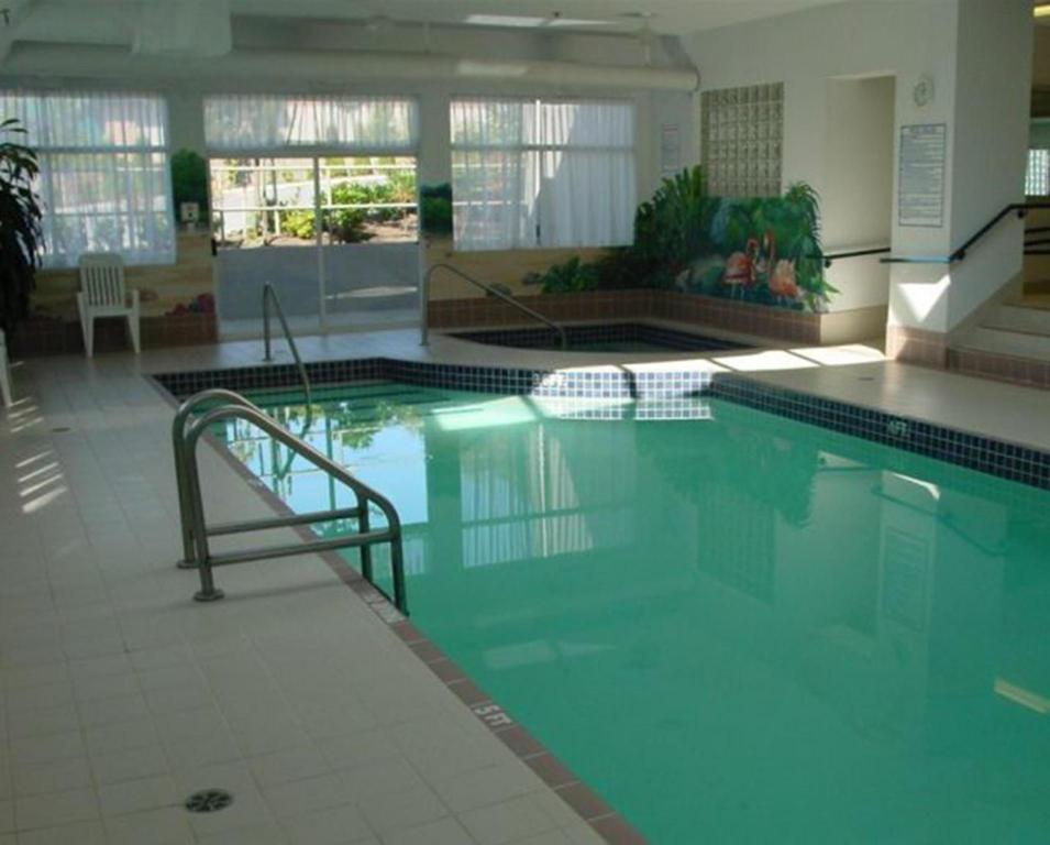 Piscina Coast Abbotsford Hotel & Suites