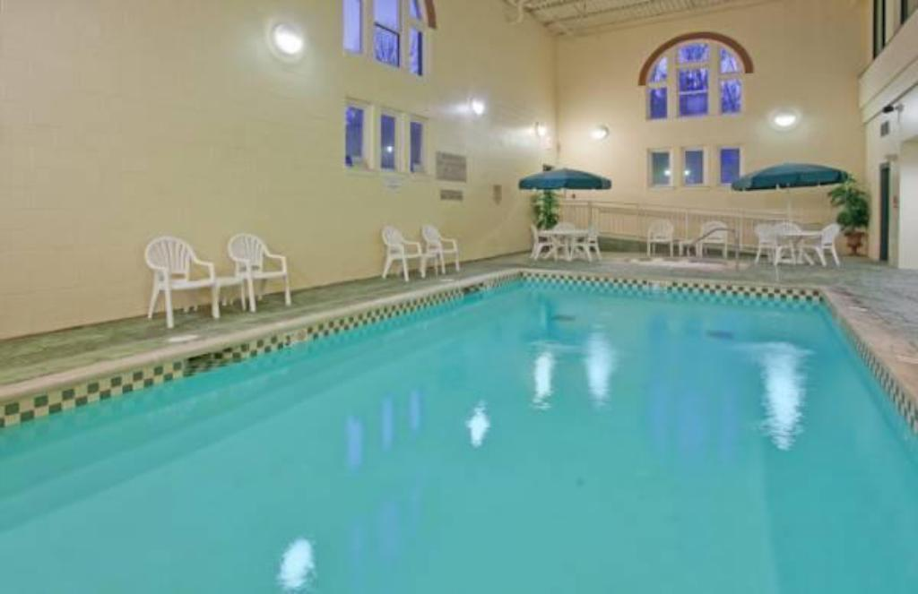 Pool Country Inn & Suites by Radisson, St. Charles, MO