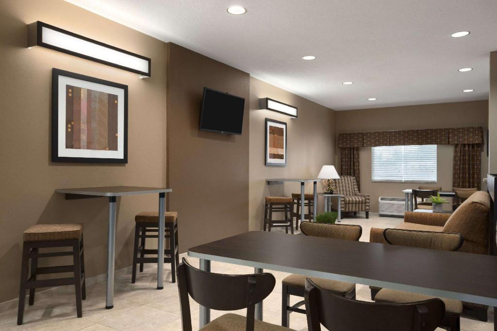 Lobby Microtel Inn & Suites by Wyndham Fairmont