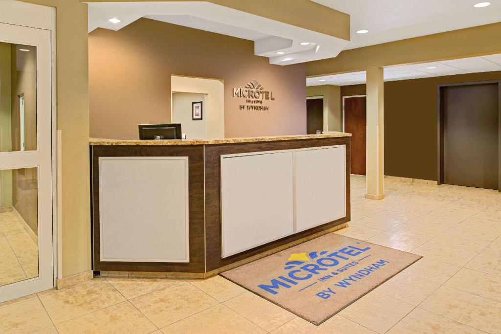Lobby Microtel Inn & Suites by Wyndham Council Bluffs