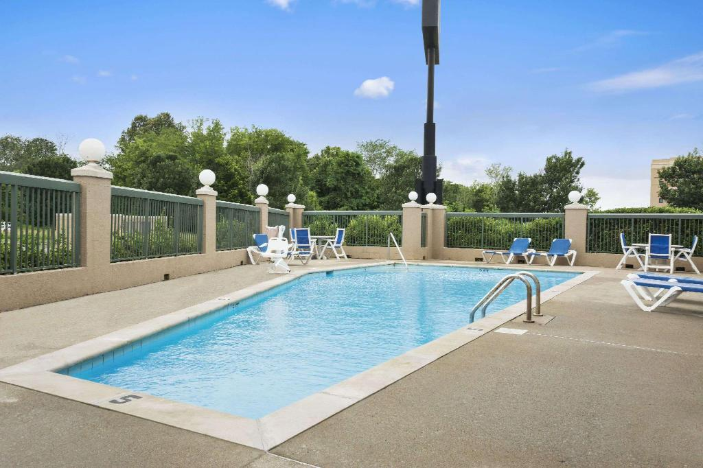 Piscina exterior Days Inn by Wyndham Clarksville North