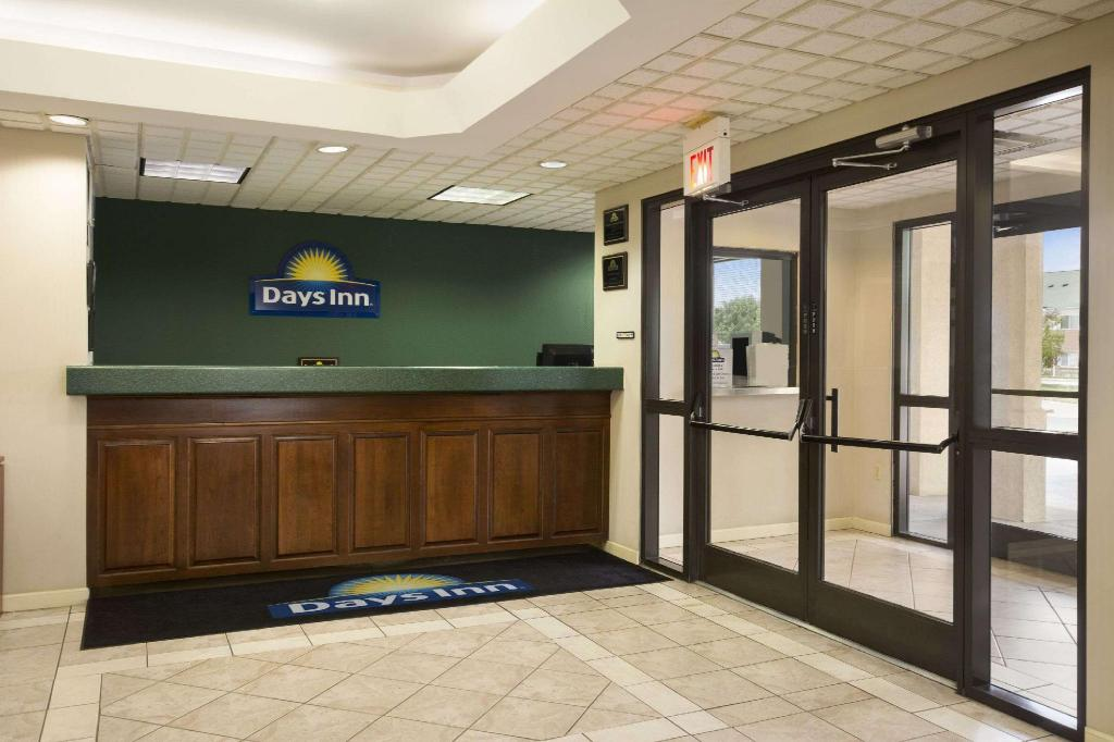 Lobby Days Inn by Wyndham Clarksville North