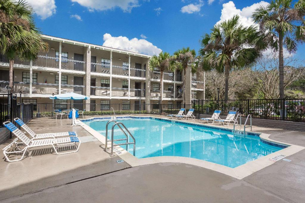 utomhuspool Baymont by Wyndham Tallahassee Central