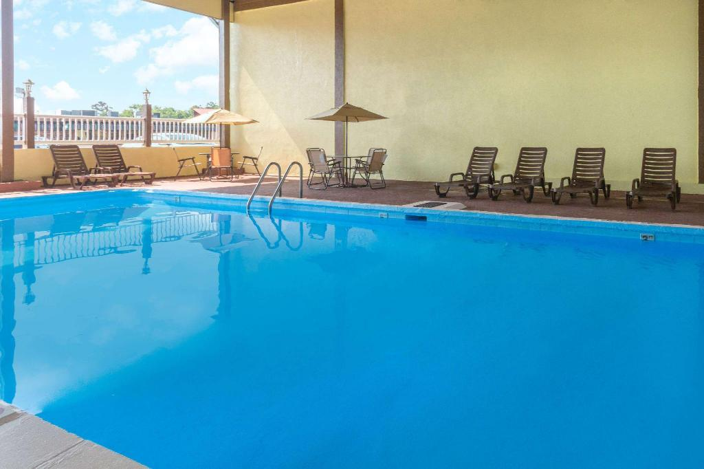 Pool Days Inn by Wyndham Waycross