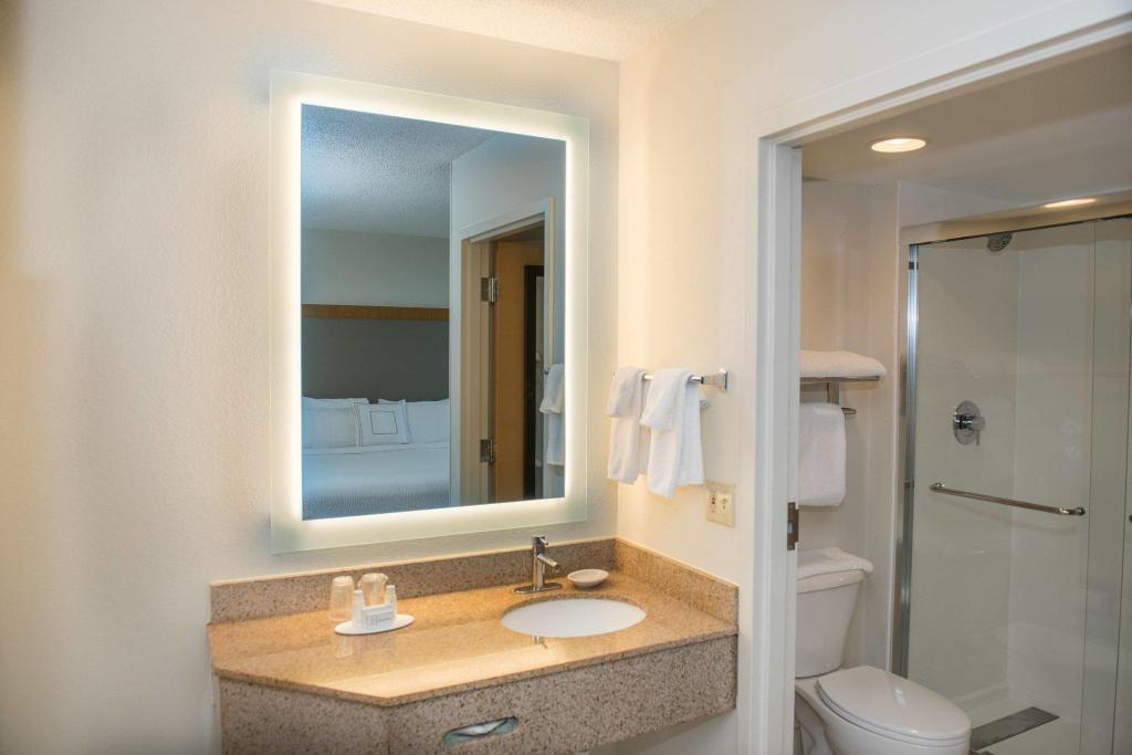 Baño SpringHill Suites Miami Airport South