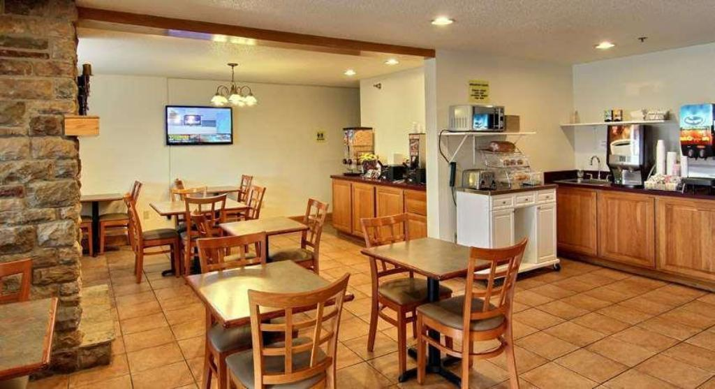 Coffee Shop/Café Days Inn & Suites by Wyndham Traverse City