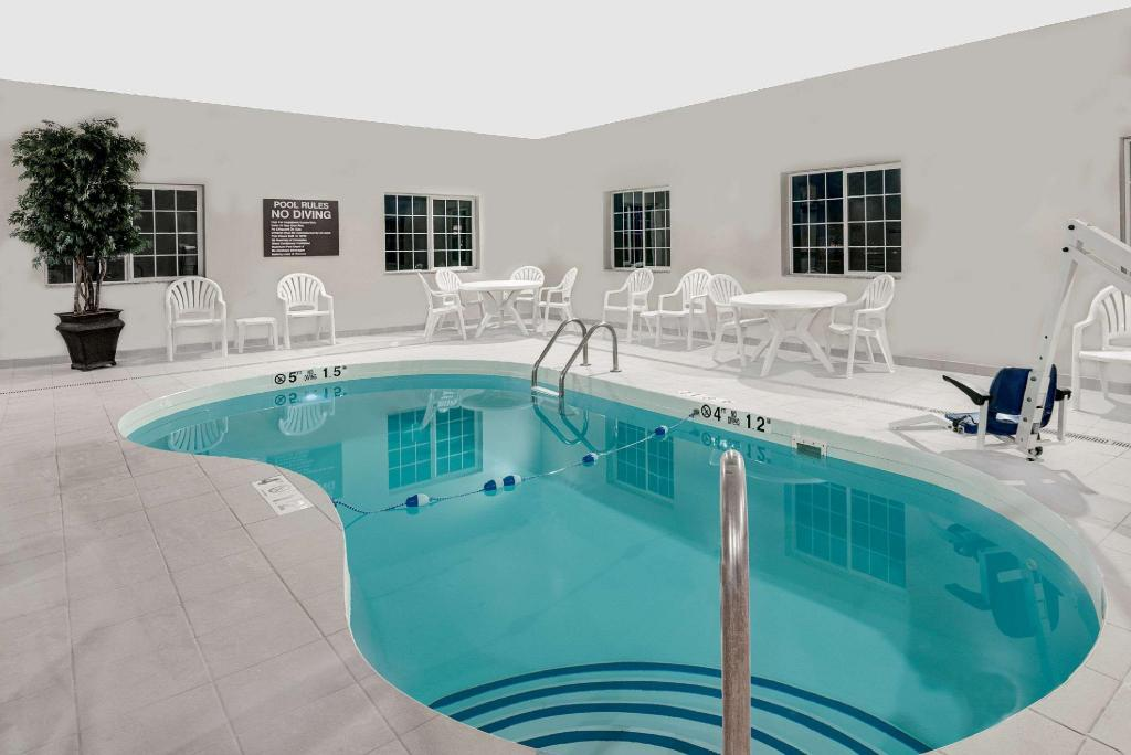 Piscina Microtel Inn & Suites by Wyndham Williston