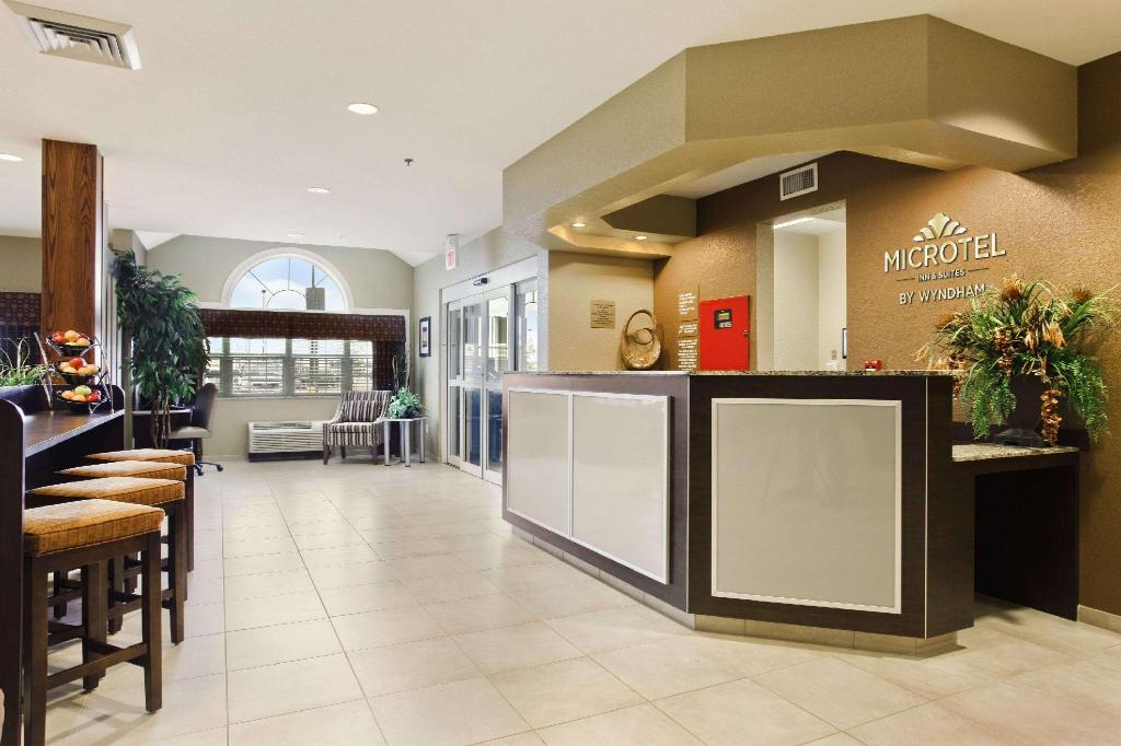 Lobby Microtel Inn & Suites by Wyndham Williston