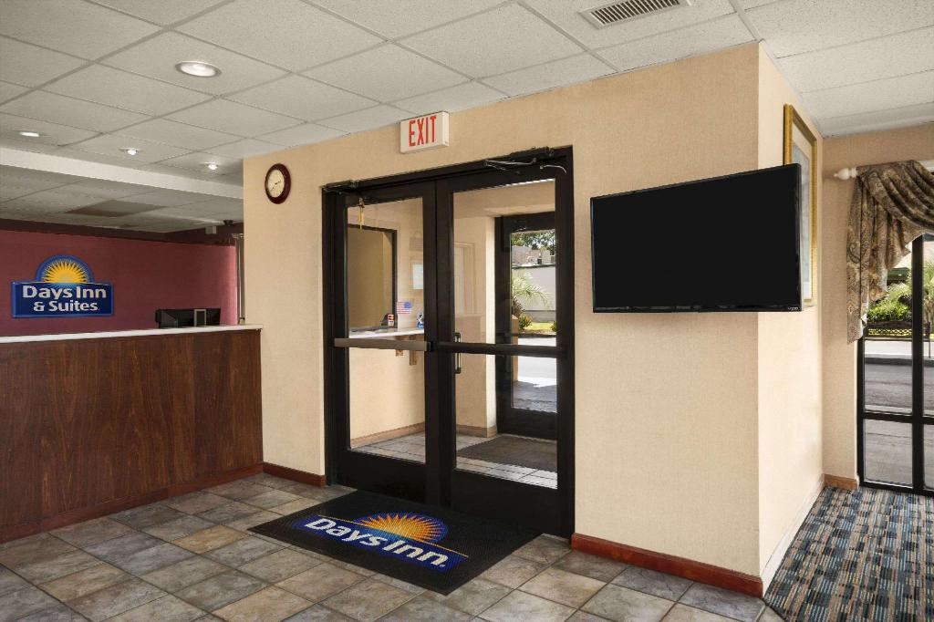 Lobby Days Inn & Suites by Wyndham Savannah Midtown