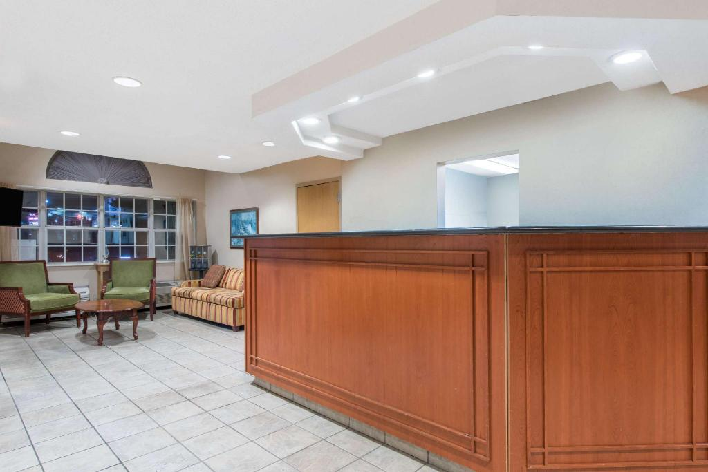Lobby Knights Inn And Suites Allentown