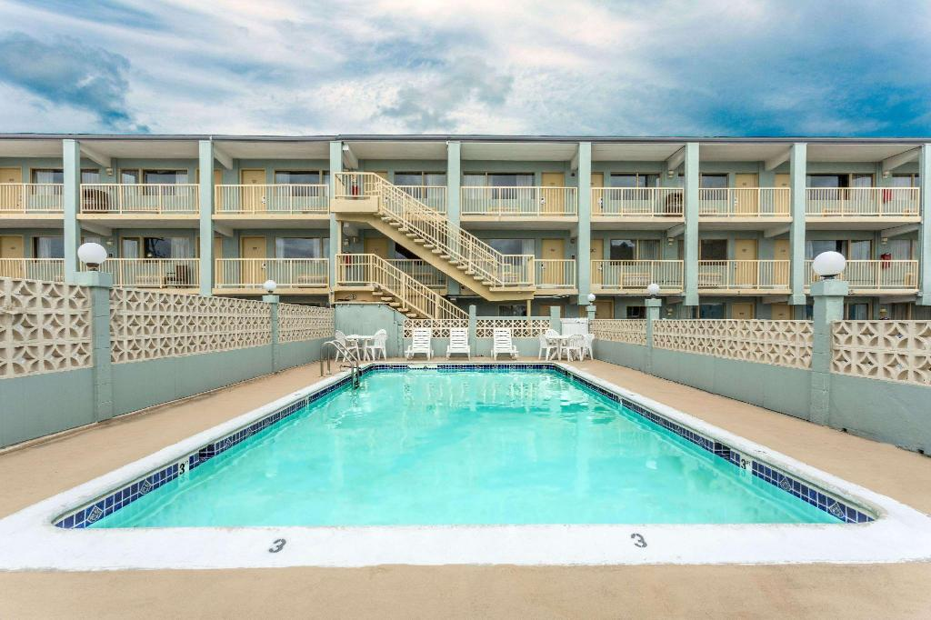 Piscina exterior Travelodge by Wyndham Virginia Beach