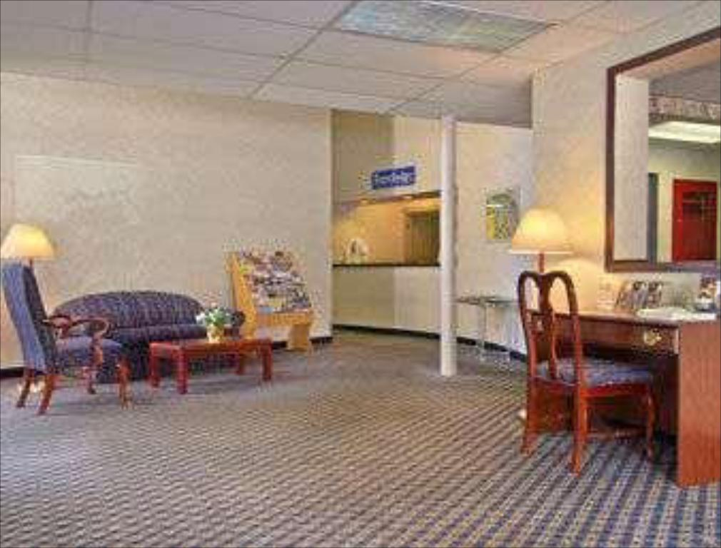 Lobby Travelodge by Wyndham Cleveland Lakewood