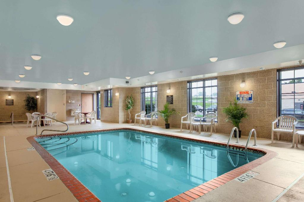 Pool Super 8 By Wyndham Akron S/Green/Uniontown Oh