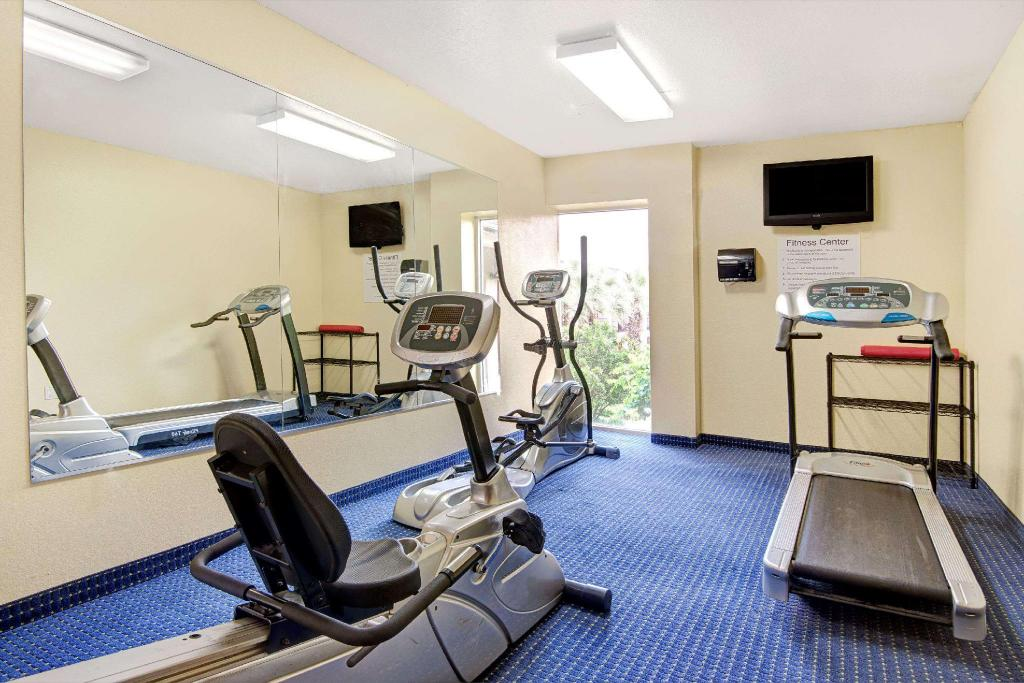 Centro de fitness Howard Johnson Hotel & Suites by Wyndham San Antonio