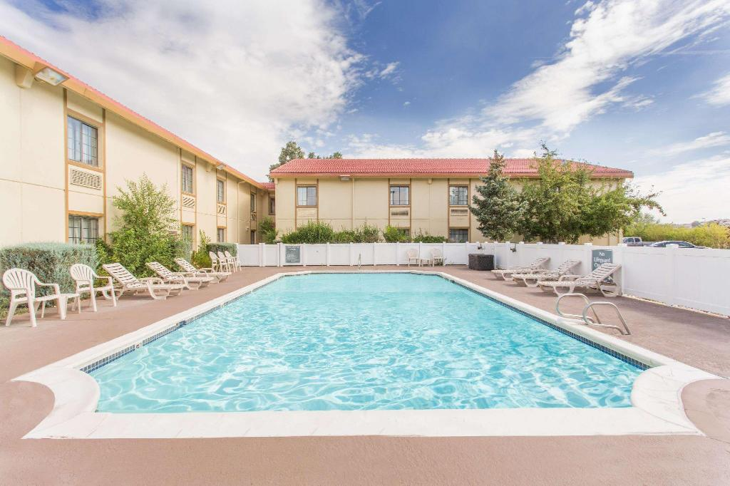 Piscina exterior Baymont by Wyndham Rock Springs