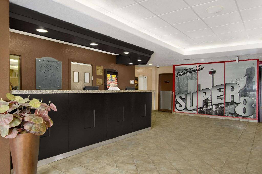 Lobby Super 8 By Wyndham Calgary Shawnessy Area