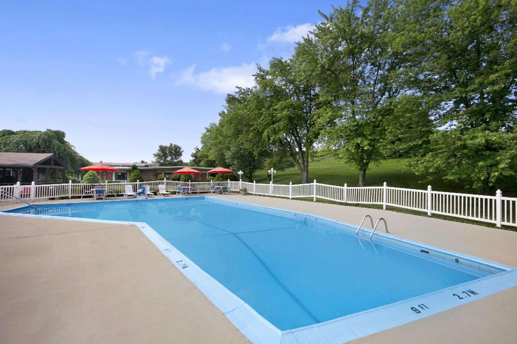 Piscina al aire libre Travelodge by Wyndham Bedford