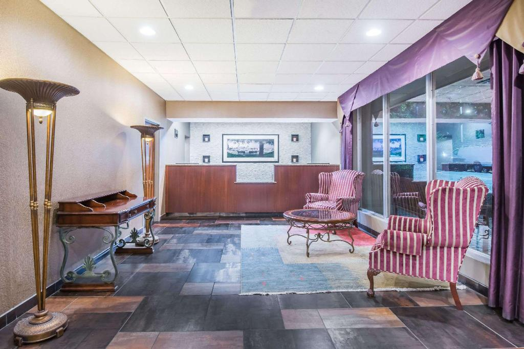Lobby Days Inn by Wyndham Baltimore South/Glen Burnie