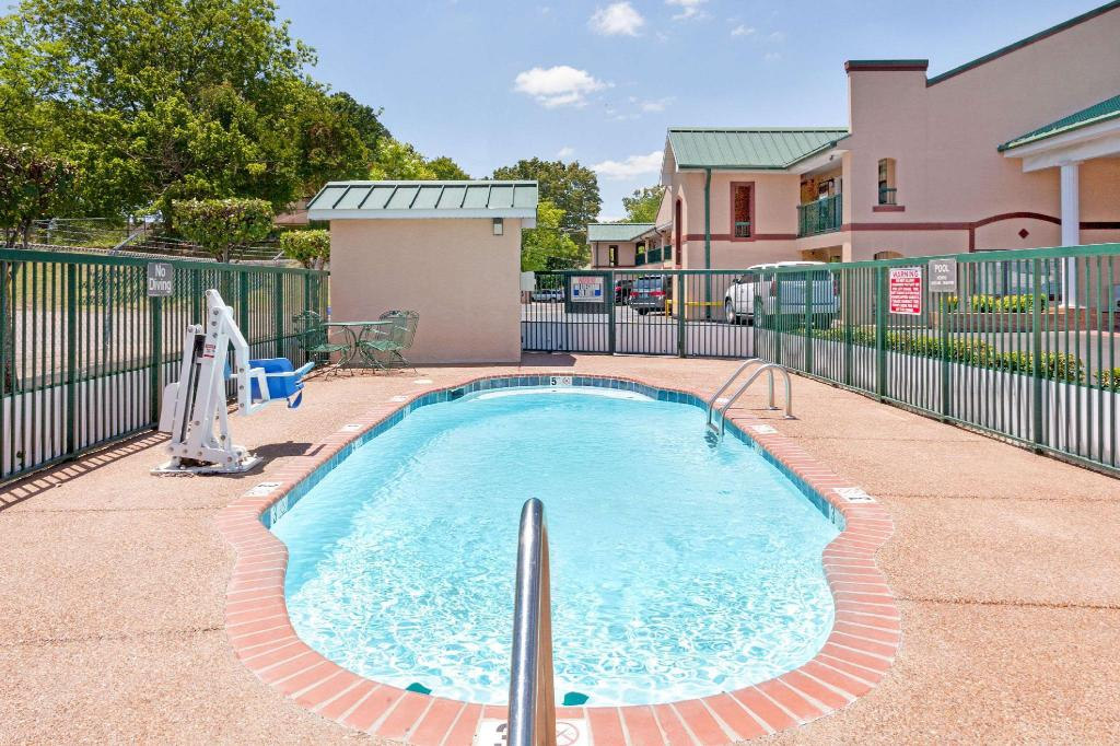 Swimming pool [outdoor] Days Inn by Wyndham Lexington