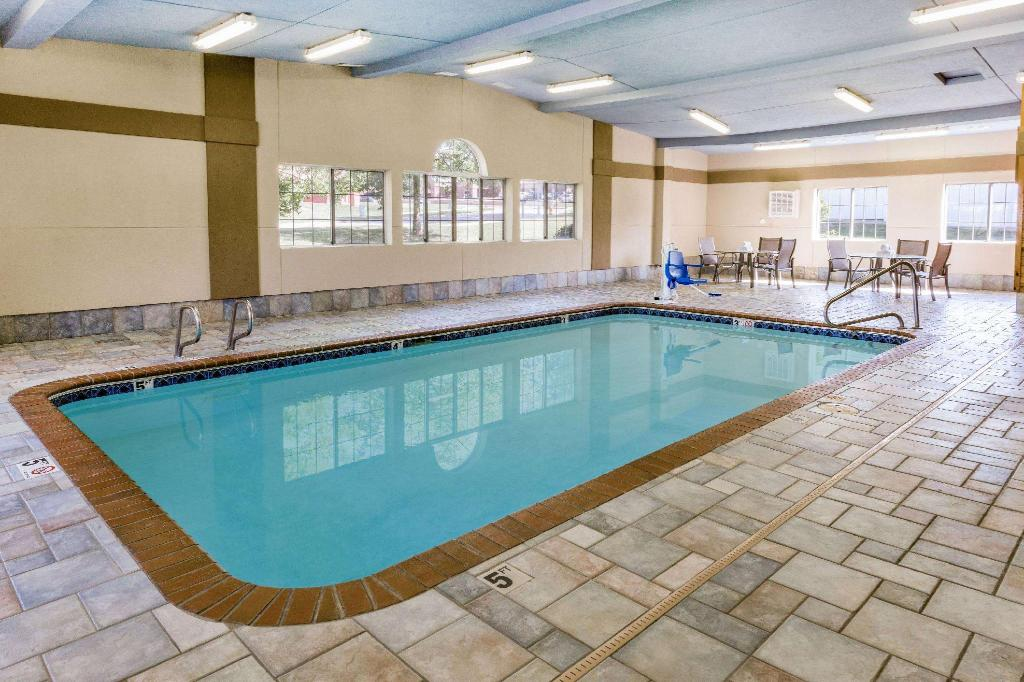 Pool AmericInn by Wyndham Des Moines Airport