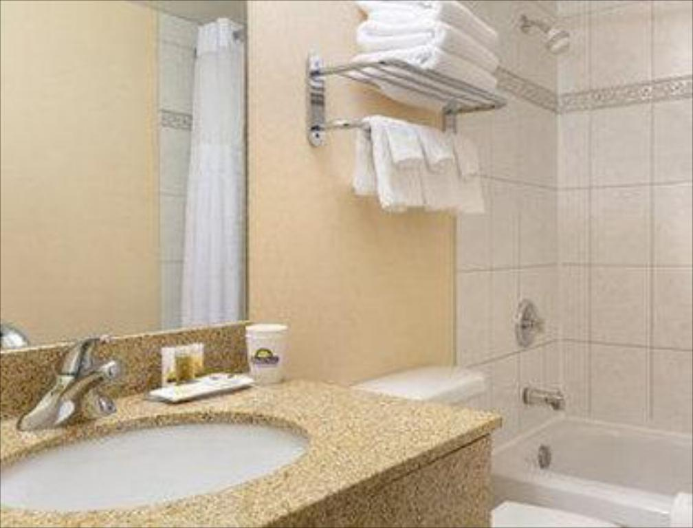Baño Days Inn by Wyndham Calgary South